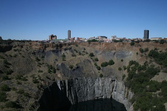 The Big Hole of Kimberley with the present-day city.
